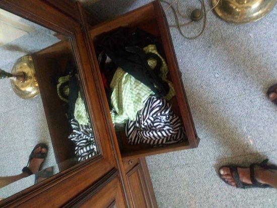 Slanka: Cizí smradlavé oblečení ve skříni.