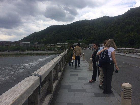 Arashiyama: 嵐山渡月橋の上で 外人も多い!