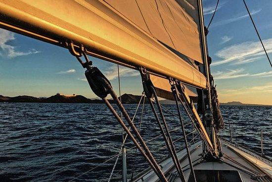 Cena a bordo y navegación privada al atardecer (6p máx.): Dinner Onboard and Sunset Sailing Tour