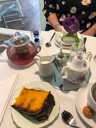 Margaret's Tea Rooms: The table