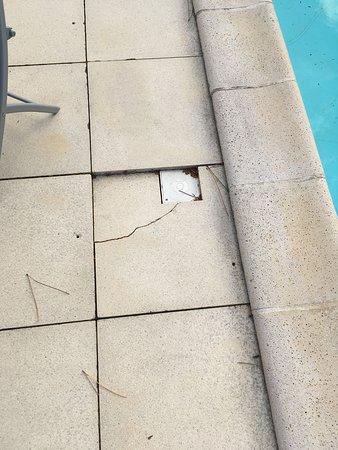 Dalles cassées de la piscine
