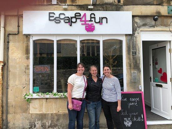 Escape4Fun: Friends solving puzzles