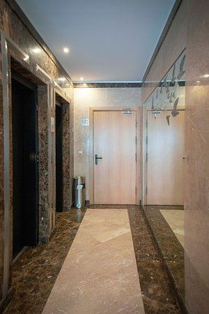 Atlantida Apartments: From the reception you get directly to the elevators.