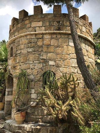 קלמקי, יוון: Cave bar tower