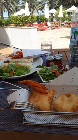 Beach Rotana Abu Dhabi: pool bar lunch