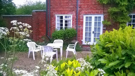 Wickwar, UK: Patio Area for Private Suite