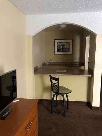 Mardi Gras Hotel & Casino: Little seating/bar area. I would guess this used to be a kitchenette. No kettle, coffee maker or microwave in the room.