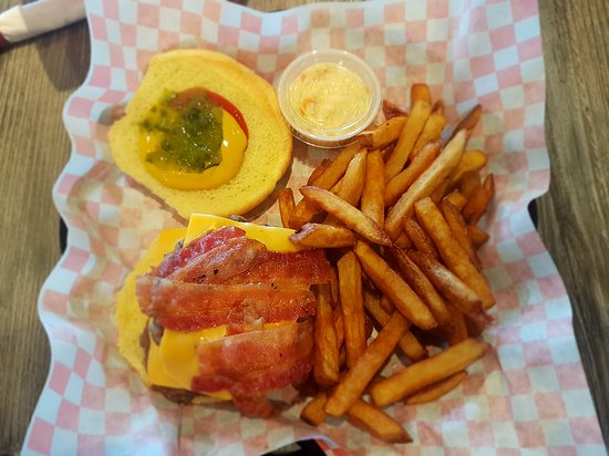 Merchant Warehouse Retro Cafe and Wine Bar: Bacon cheeseburger with fries