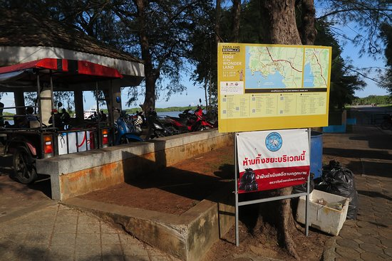 """Pak Nam, Thailand: บริเวณท่าเทียบเรือแห่งนี้ จะตั้งอยู่ ใกล้ๆ กับ สวนสาธารณะธารา ครับ ชาวบ้านและคนท้องถิ่น เค้าจะเรียก กันว่า """"ท่าเรือคลองประสงค์""""(เกาะกลาง) ครับ"""