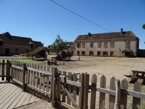 La Ferme du Château: cours intérieure
