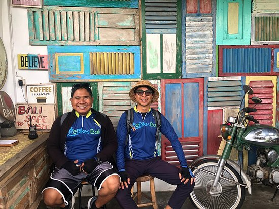 Excursión de medio día en bicicleta eléctrica por Ubud: Our funny and knowledgable bike guides - Gutri and Komang.  They're decent photographers too!