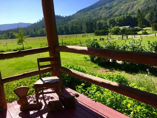 Cedar Mountain Farm Bed and Breakfast: Looking off the porch toward the pastures and mountains...