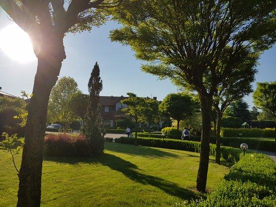 Hotel Korona dosłownie jest otulony zielenią - zapraszamy do naszego ogrodu!