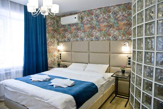 Удобная двуспальная кровать с ортопедическим матрасом при необходимости разъединяется в две односпальные кровати. Большой телевизор с цифровым ТВ, рабочий стол, балкон, кондиционер