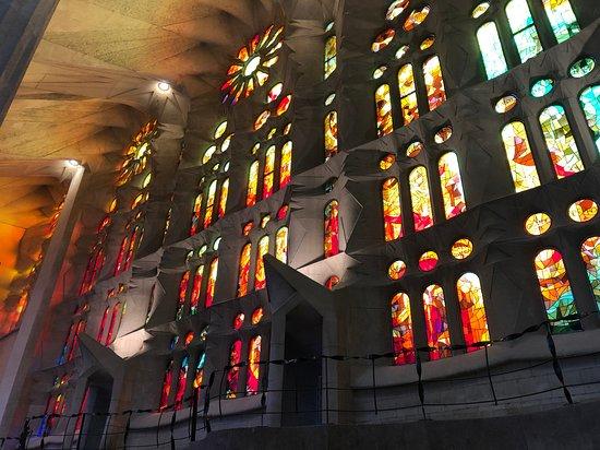 Entrada a la Basílica de la Sagrada Familia con acceso a las torres: 嘆きのファサード側のステンドグラス