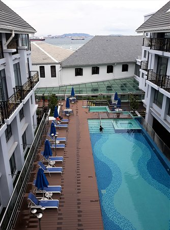 Royale Chulan Penang: View of the swimming-pool wit the sea over the roof and Penang in the distance.