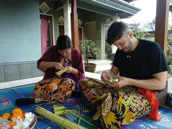 Taro, อินโดนีเซีย: Offering lesson with traditional Bali's Family