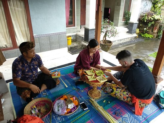 Taro, Indonesia: Offering lesson with traditional Bali's Family