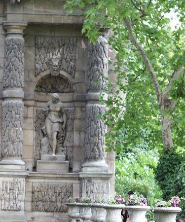 Medici Fountain: On peut observer que dans les niches latérales se trouvent deux statues, la faune et la chasseresse. C'est un endroit pour les amoureux selon mon avis personnel. 