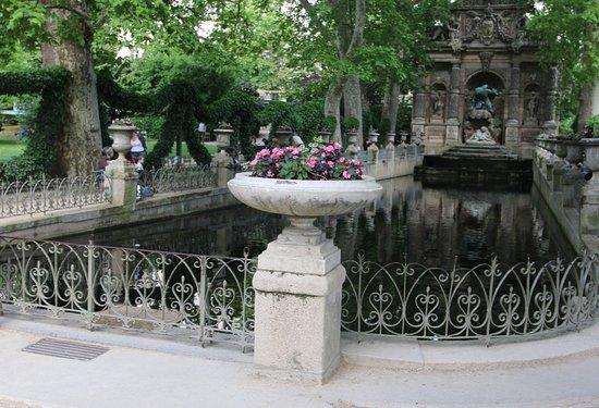 Medici Fountain:  C'est un endroit où il fait frais lorsqu'il y a beaucoup de soleil et c'est l'idéal pour se reposer. Celle-ci est très jolie  car il y a un jeu de miroir et d'ombres sur le bassin  et c'est vraiment magnifique. 