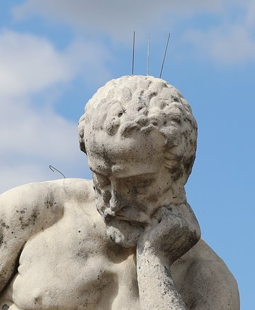 En fait ce que je n'aime pas c'est que derrière cette statue se situe le palais du Luxembourg et non les ruines de Carthage