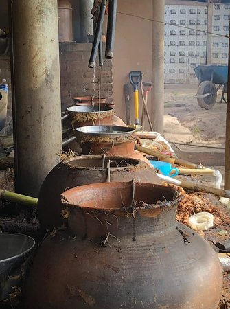 Santiago Matatlan, Meksyk: Mezcal distillation in clay pots