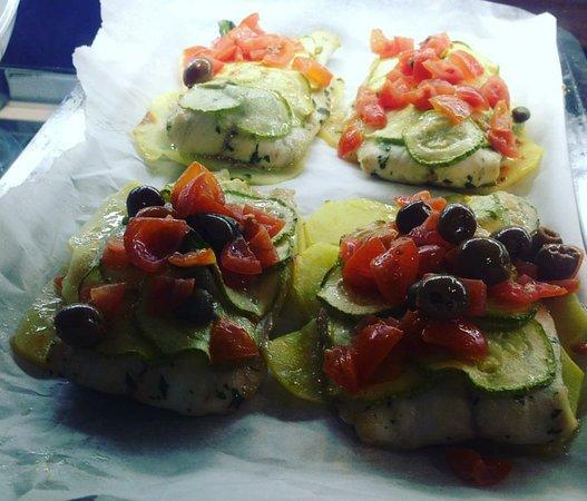 Alba mare da asporto: Filetto di orata con zucchine e pomodorini