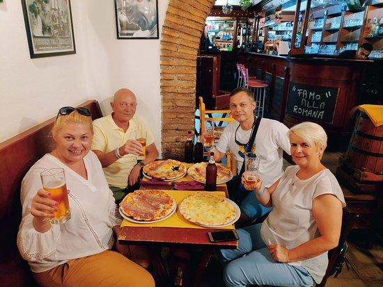 Cave Canem Trastevere: 4 friends emjoying Pizza Night in Cave Canem Pizzeria, Rome