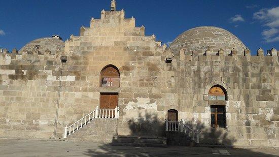 Aksaray Province, Tyrkia: Zinciriye Medresesi, Karamanoğullarından Yahşi Bey tarafından 1336 yılında yaptırılmıştır. Yerel (tüf) kesme taş ve tuğla kullanılarak yapılan Medrese, dört eyvanlı ve açık avlulu medrese planı düzenindedir. Portali Selçuklu geleneğini devam ettiren plastik Selçuklu motifleriyle işlenmiş, eyvanlar bitkisel ve geometrik biçimlerle tezyin edilmiştir. Medresenin diğer bir özelliği de dış duvarları üzerinde yer alan dendanelerden dolayı bir kale görünümü sergilemesidir.