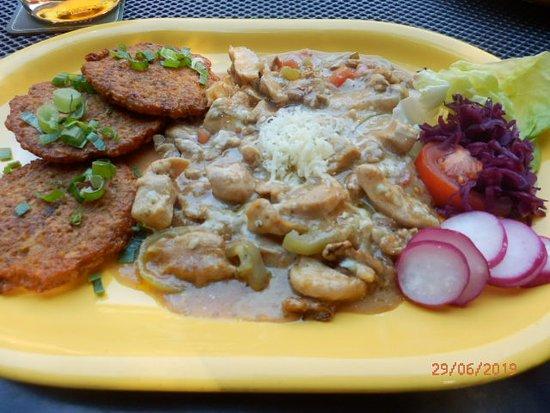 Jablunkov, Češka Republika: Kuřecí nudličky s nivou a ořechy s bramborovými placky.  (akorát jsem tam teda nenašla tu nivu) Ale chuťově výborné.