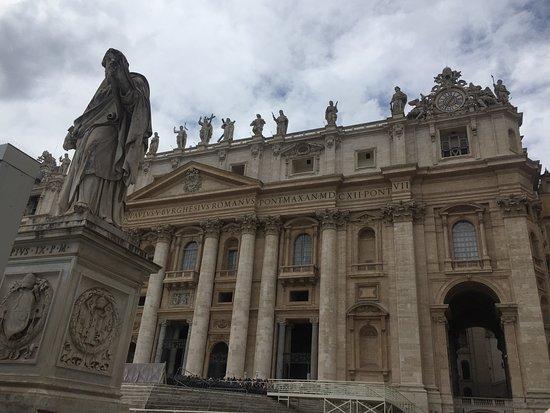 St. Peter's Square: Vista desde la Plaza hacia la Basilica