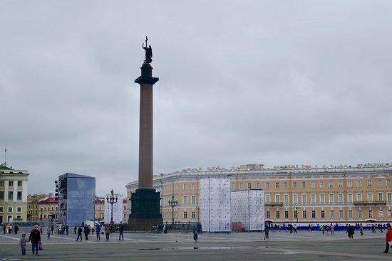 宮殿広場の中心に建つが、広場がだだっ広すぎて、離れて見る限り大きさはあまり感じない。