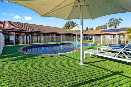 Julie-Anna Inn, Bendigo: Relax by the pool