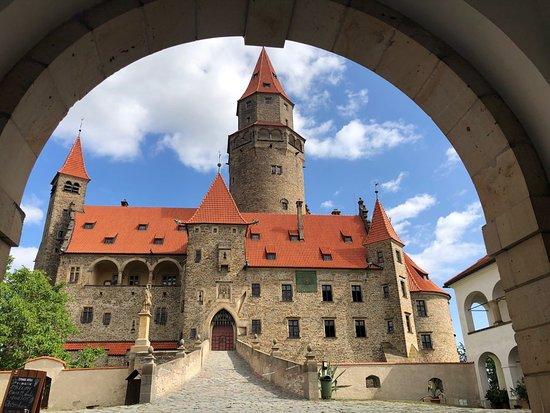 Hay castillos y castillos. Y luego están esos lugares fortificados que parecen sacados de un cuento de hadas. Como este castillo de Bruzov que he visitado esta mañana. Es uno de los más famosos de Moravia, la desconocida región de la República Checa por la que estoy ahora mismo de viaje. Estaba unos 40 minutos de Olomouc y a lo checos les encanta celebrar sus bodas en él. ¿Por qué será?