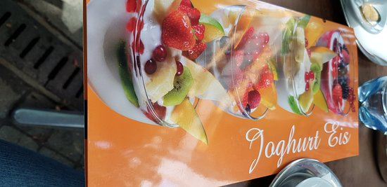 carta de copas de frutas con yogurt