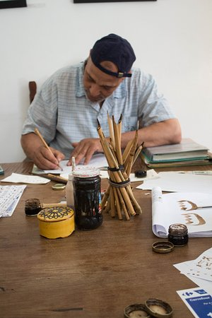 A true master at Arabic calligraphy...