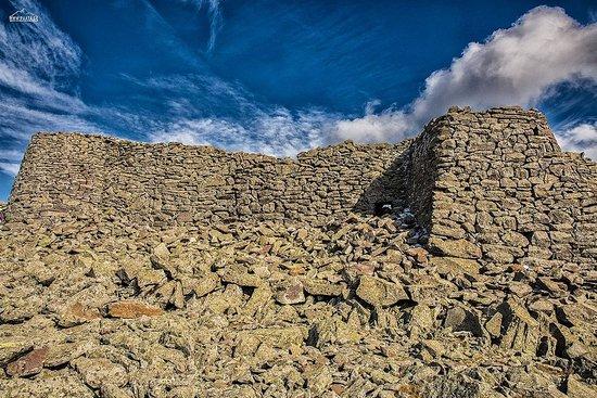 Akhalkalaki, Georgia: Абули  - уникальное сооружение, примерно уровня Уплисцихе. Представляет собой мегалитическую крепость, построенную предположительно в эпоху Бронзового Века. Стены и башни сложены просто из плоских камней, без применения цемента. У этой крепости множество необычностей и странностей. А самое удивительное, что про нее не знает почти никто кроме жителей прилегающих сел. В Грузии она совершенно никому не известна. Я же считаю, что с историческо точки зрения удивительнее этого места в Грузии не