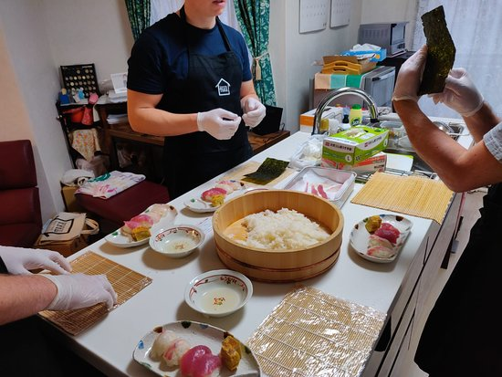 """Experience all of Japanese culture and Japanese food experience classes """"origami, udon, Japanese food, green tea, calligraphy"""" in 4 hours: How to make sushi"""