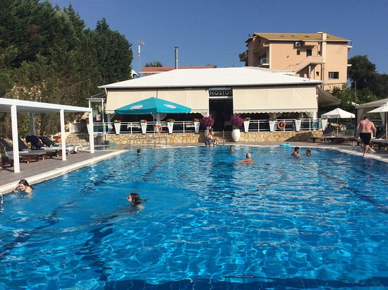 Parga, Greece: Fab pool very clean and e-learning and safe , surrounded by comfortable sun loungers and you can hire towels.  Great food and drinks at good prices