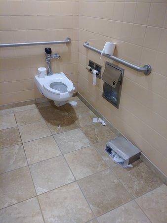 Hampton Inn & Suites By Hilton Williamsburg-Central: Lobby - ladies restroom - 10am