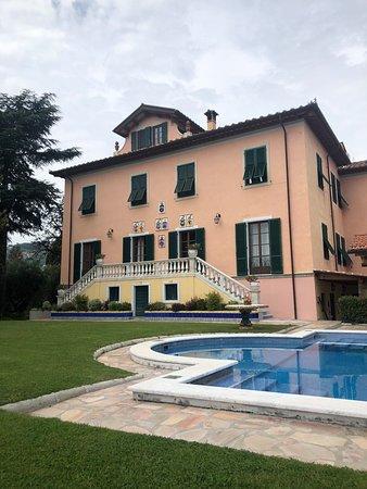 Corsanico, Italia: outside the villa