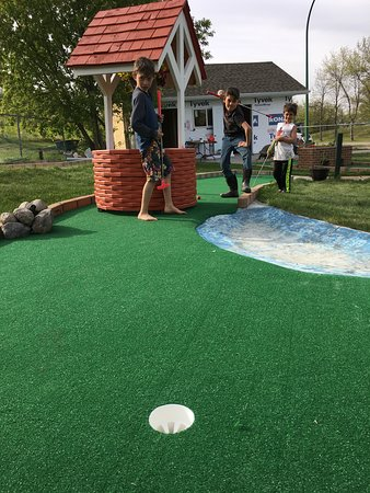 Squirrely Putt & Play: Strike a pose!