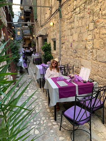 A super nice restaurant with amiable staff and very good food. Absolutely try it out