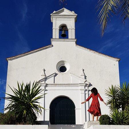 Tây Ban Nha: Blanco, azul y verde. Así es Aracena, en Huelva,uno de los pueblos más singulares de la sierra que lleva el mismo nombre.  En sus calles las casas son blancas y el suelo empedrado. La gente sonríe amable y no duda en saludar al forastero. Un lugar para disfrutar de la tranquilidad y sentirse como en casa.