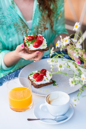 La Bottega Gastronomica: Rye bread with fresh ricotta, cherry tomatoes and spring onion