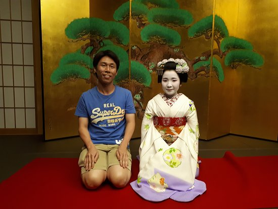 Maiko Performance with Kaiseki Dinner in Kyoto: Taking a photo with Maiko-san
