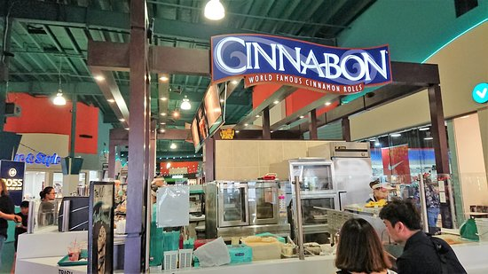 Cinnabon Guam: イートイン、トゥゴー(テイクアウト)可能。買い物にちょっと疲れたら甘いものを食べて。