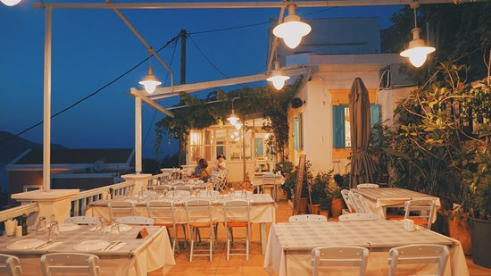 Haritomeni Taverna: Restaurant at night.