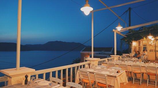 Haritomeni Taverna: Restaurant at night with sea view.