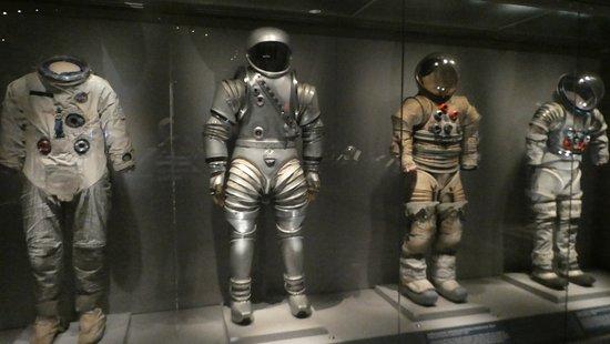 Centro espacial Kennedy en Cabo Cañaveral: Astronaut Suits over the ages